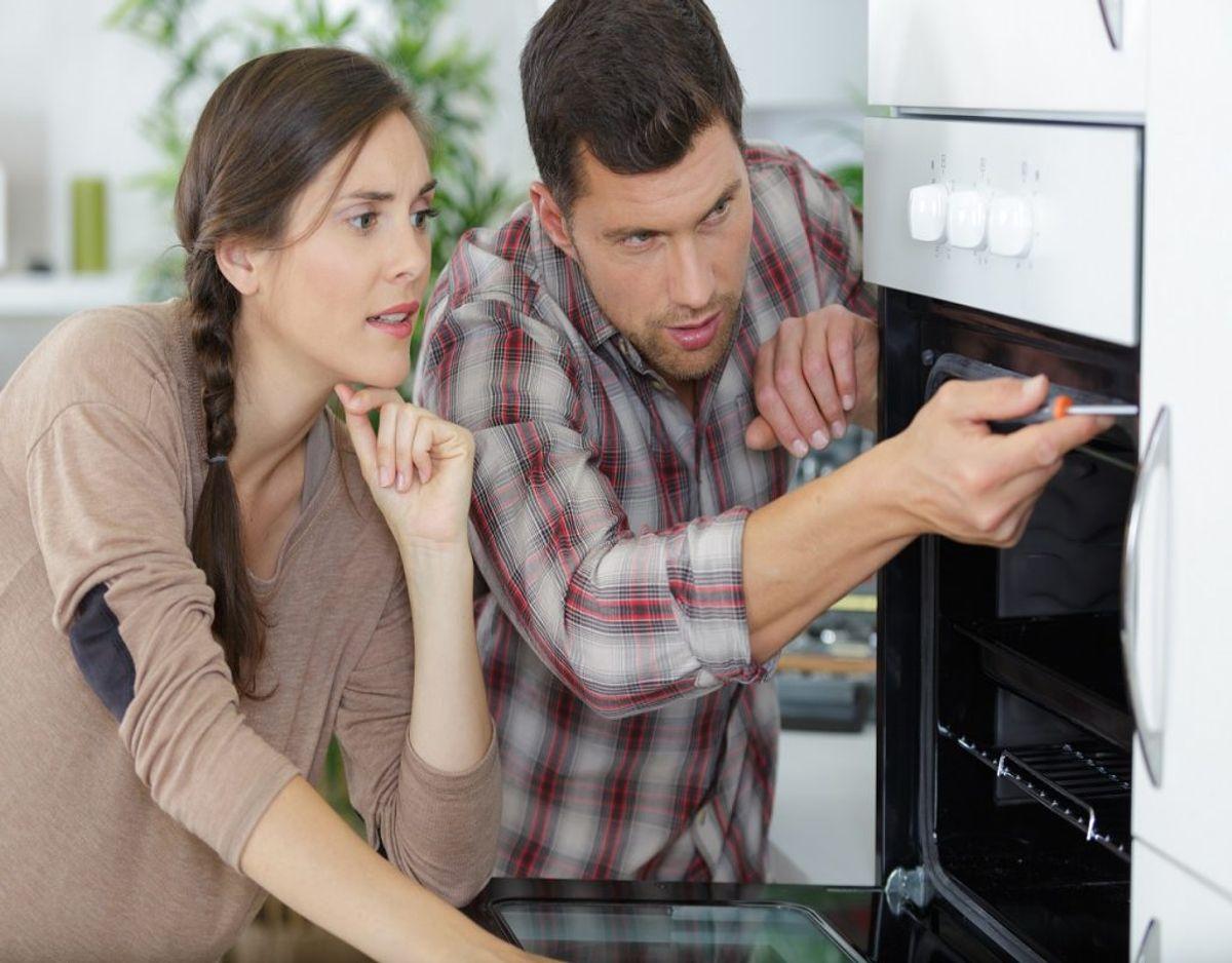 Tjek dine hvidevarer igennem. Hvis du har en utæt ovn, så tager den længere tid om at blive varm – og det koster penge. Foto: Colourbox