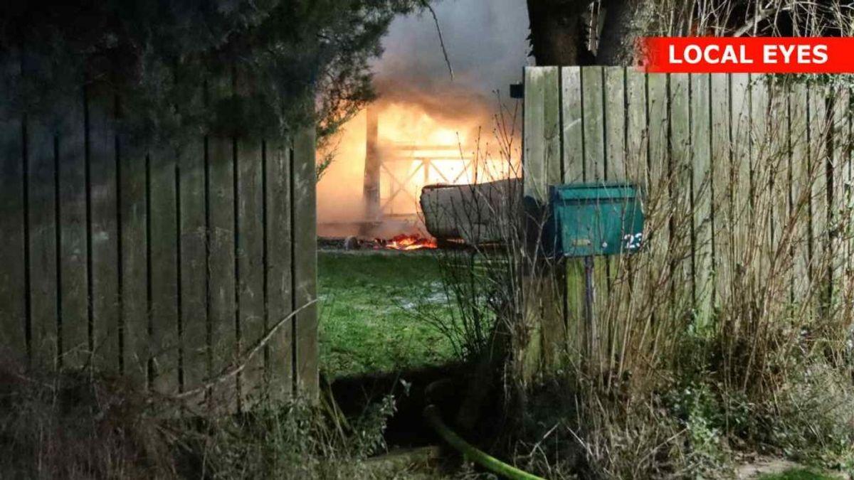 Brandvæsnet fik det hele i brug. KLIK FOR FLERE BILLEDER. Foto: Localeyes.dk