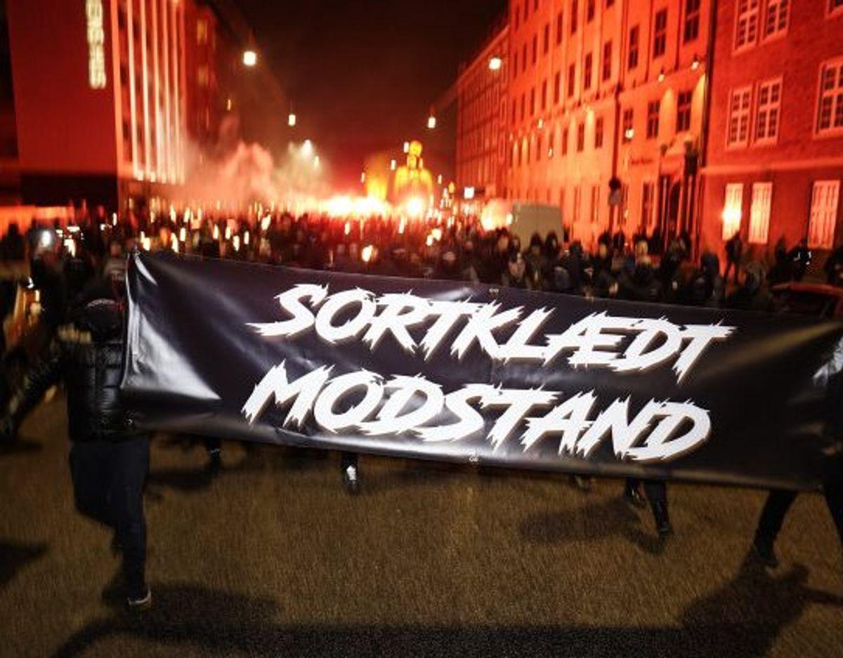 Demonstranter bevæger sig lørdag aften ind mod centrum af København lørdag aften, hvor der demonstreres mod coronarestriktioner. Foto: Mads Claus Rasmussen/Scanpix