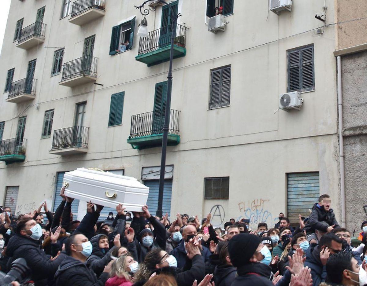 En tiårig piges død har vakt stor opstand i Italien. Her fra pigens begravelse. Foto: Scanpix
