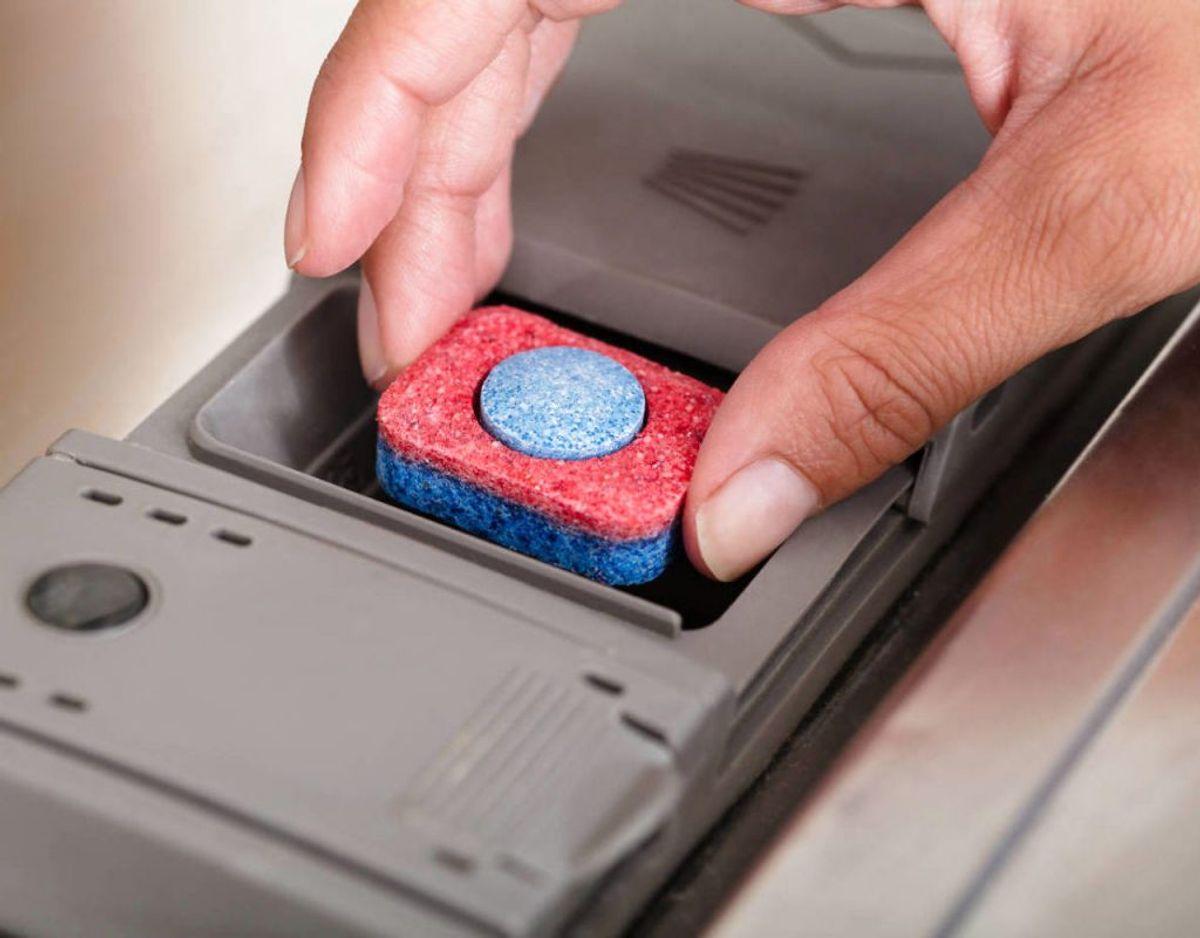 Opvasketabs har i tests vist sig langt bedre end opvaskemiddel i flydende eller pulverform. Foto: Scanpix