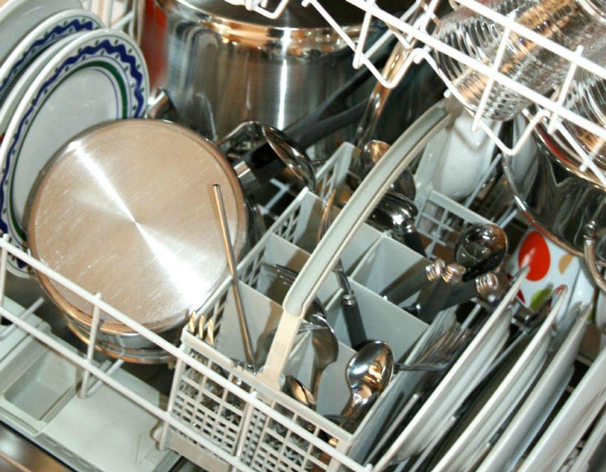 """Mange ved det nok ikke, men alting skal ikke vende samme vej i opvaskemaskinen. Tingene skal vende, så """"forsiden"""" er mod midten – altså skal tallerkener på samme række vende hver sin vej, afhængig af, hvor midten er tættest. Foto: Scanpix"""