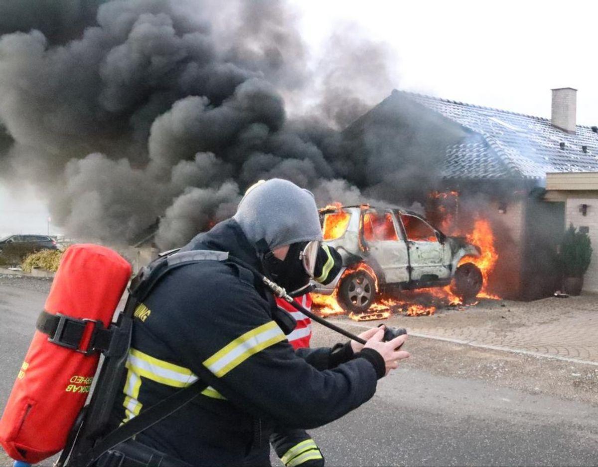 Brandfolk er i gang med at slukke voldsom brand. Klik videre for at se flere billeder. Foto: Kenneth Jensen/Øxenholt foto