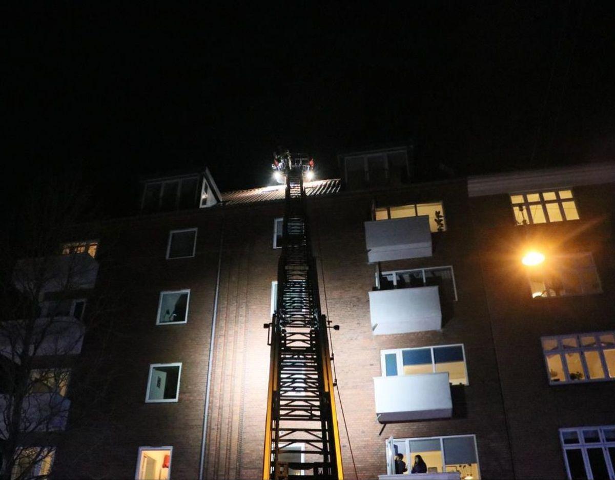 Brandfolk blev hejst op med kran, da der udbrød brand i en taglejlighed torsdag aften. Klik videre for at se flere billeder.