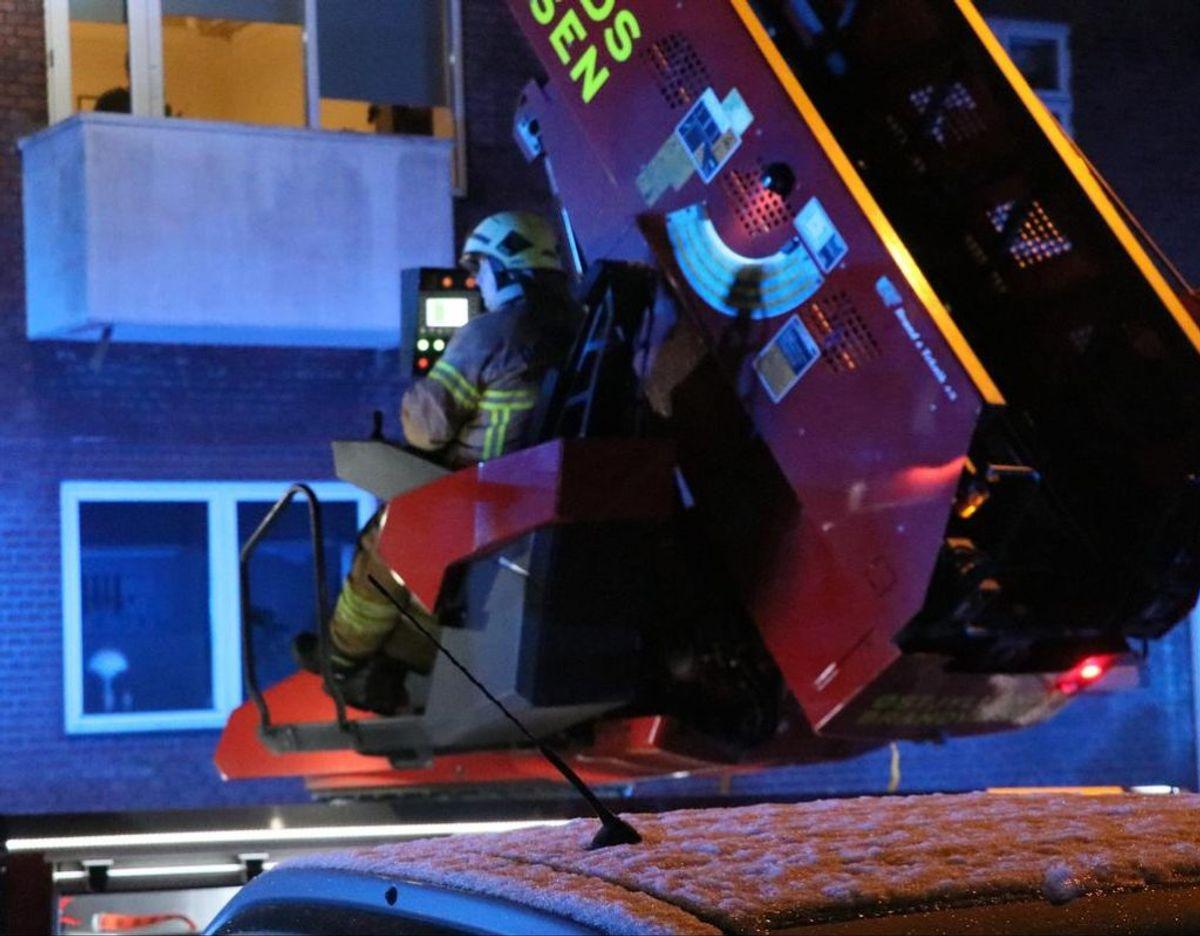 Som det kan ses på billedet, blev brandfolk hejst op med en kran. Foto: Øxenholt foto
