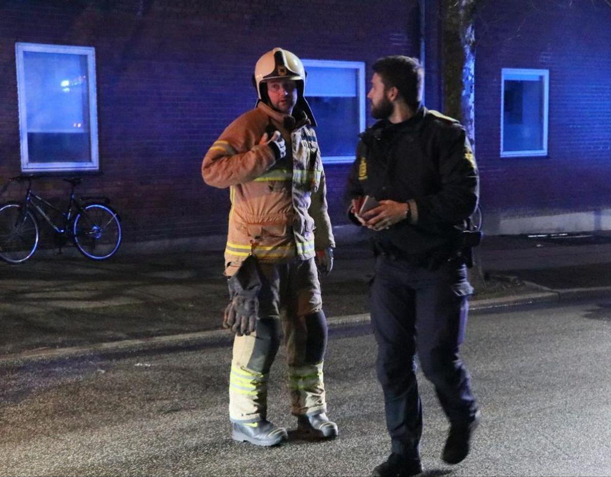 Østjyllands Politi og Brandvæsen i samarbejde ved brand. Foto: Øxenholt foto