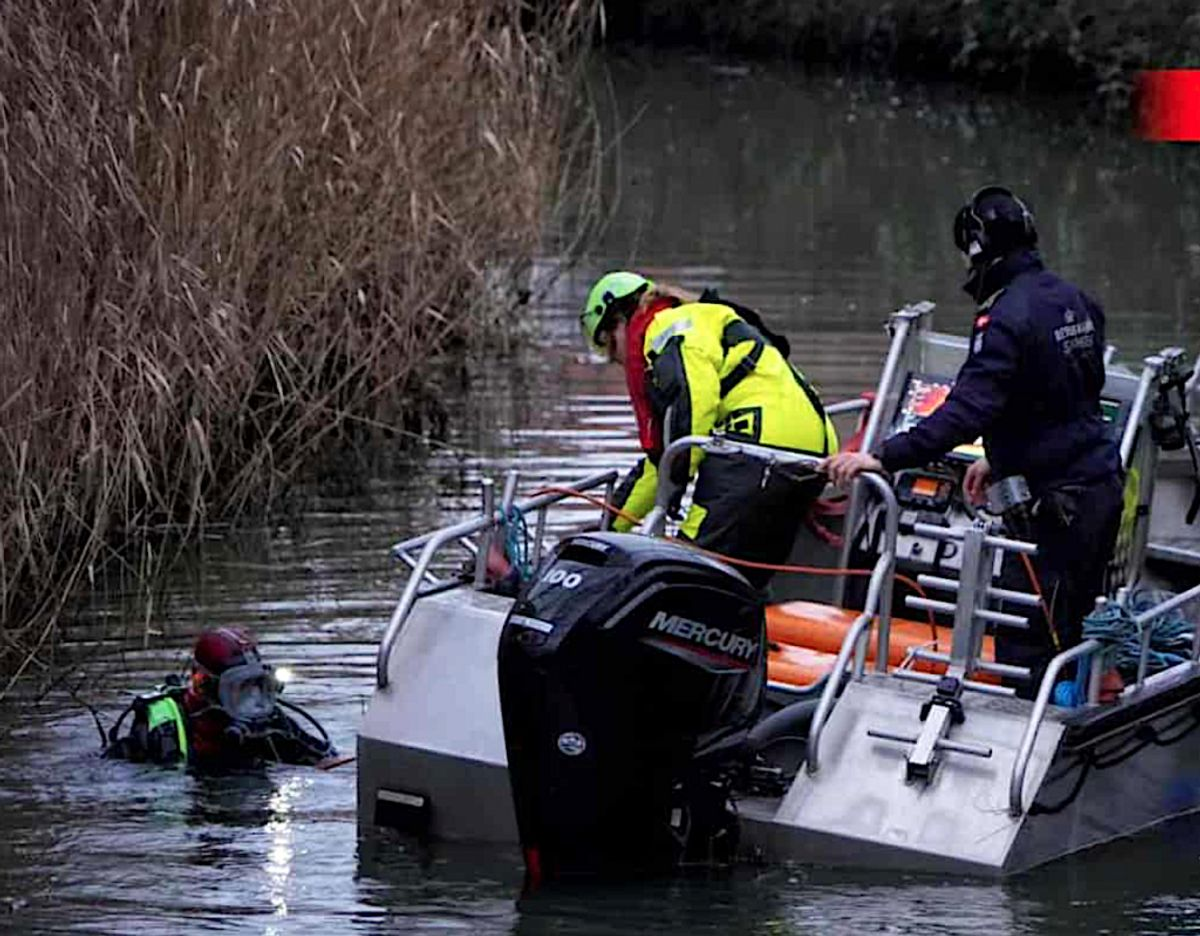 Dykkere ledte efter Carl Petersen i Bygholm Å. Foto: Local Eyes