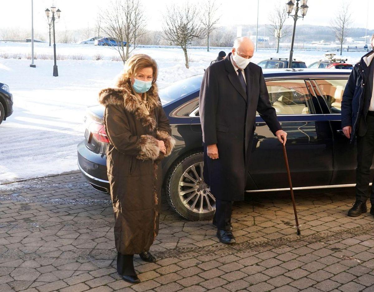 Kong Harald er på det seneste set med stok. Nu er han sygemeldt med smerter i benet. Foto: Ntb/Reuters/Ritzau Scanpix