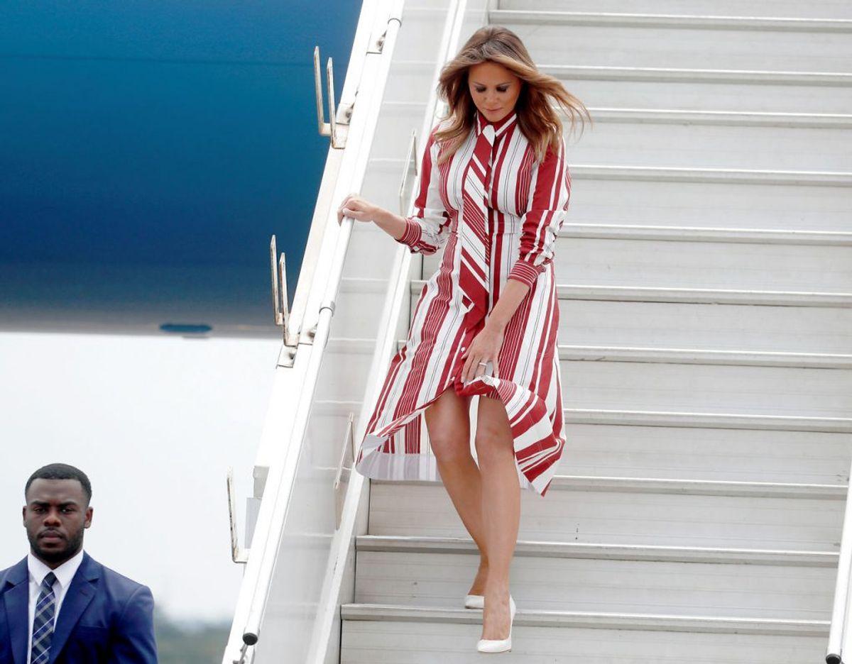 Melania på vej ned at flytrappen iført en kjole fra det franske modehus Celine. Kilde: WWD. Klik videre for flere kig ind i garderoben. Foto: Scanpix/REUTERS/Carlo Allegri