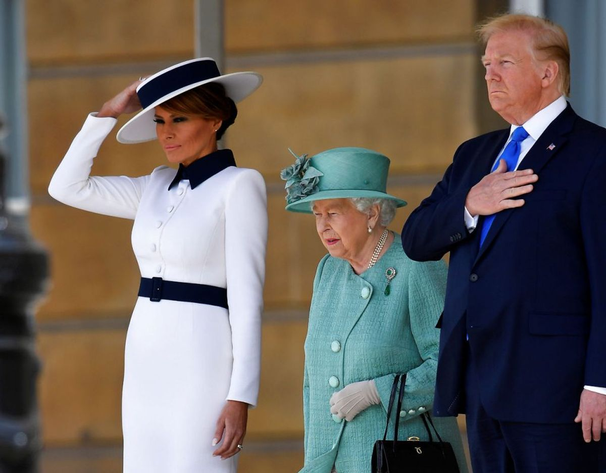 Melania, her sammen med den britiske dronning og sin mand, iklædt en kreation fra italienske Dolce & Gabbana. Kilde WWD. Klik videre for flere kig ind i garderoben. Foto: Scanpix/REUTERS/Toby Melville/Pool