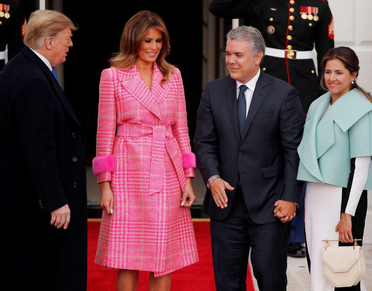Her ser vi Melania i en pink frakke fra italienske Fendi. Kilde: WWD. Klik videre for flere kig ind i garderoben. Foto: Scanpix/REUTERS/Carlos Barria/File Photo