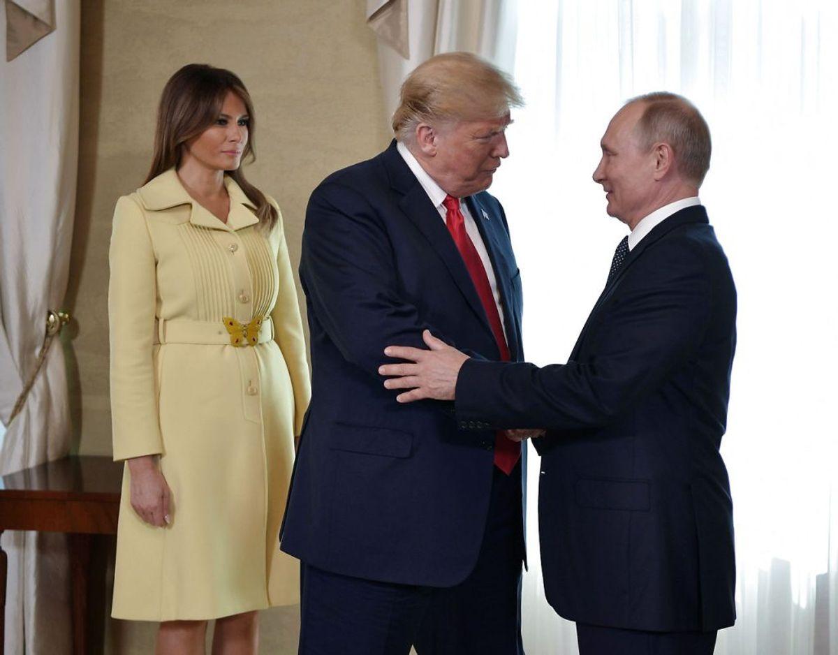 Melania ses her sammen med sin mand og Putin. Hendes gule kjole er en italiensk Gucci. Kilde: WWD. Klik videre for flere kig ind i garderoben. Foto: Scanpix/Sputnik/Alexei Nikolsky/Kremlin via REUTERS