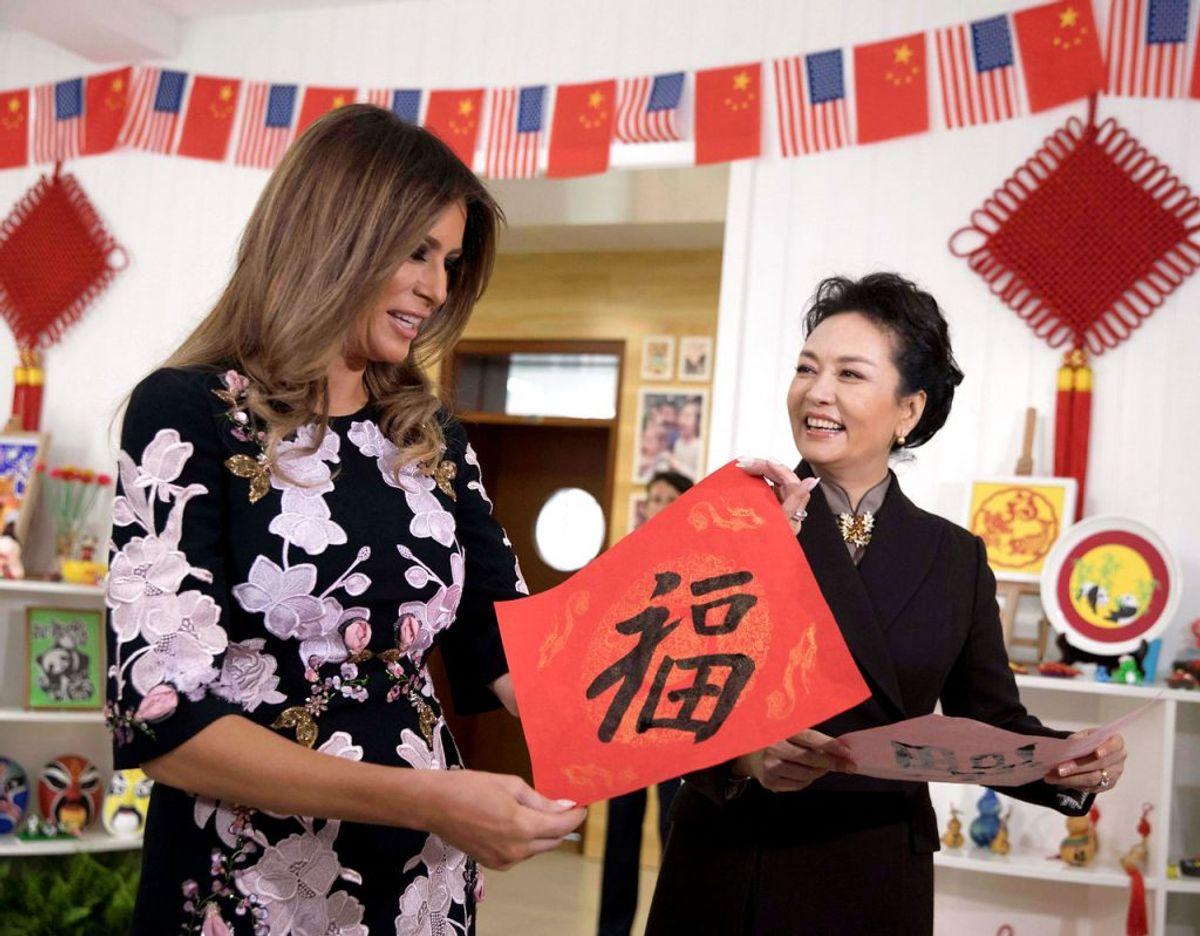 Melania i en kjole fra Dolce & Gabbana og sammen med den kinesiske førstedame Peng Liyuan. Kilde WWD. Klik videre for flere kig ind i garderoben. Foto: Scanpix/REUTERS/Ng Han Guan/Pool