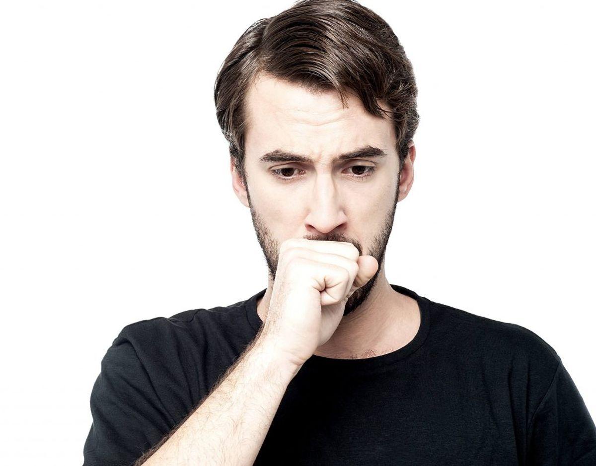 Symptom nummer 3: Længerevarende hoste eller hæshed – Hoste er en almindelig reaktion for kroppen. Vi hoster f.eks. for at rense lunger og luftveje. Men du skal gå til lægen, hvis hosten ændrer sig eller bliver værre.