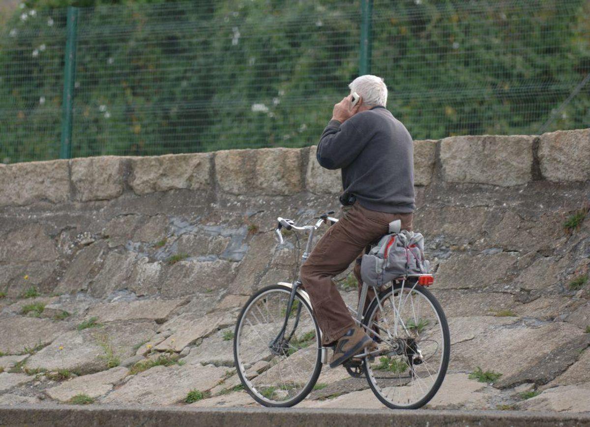 1: Det koster 1.000 kroner i bøde at tale i håndholdt mobiltelefon, mens man cykler. Foto: Colourbox