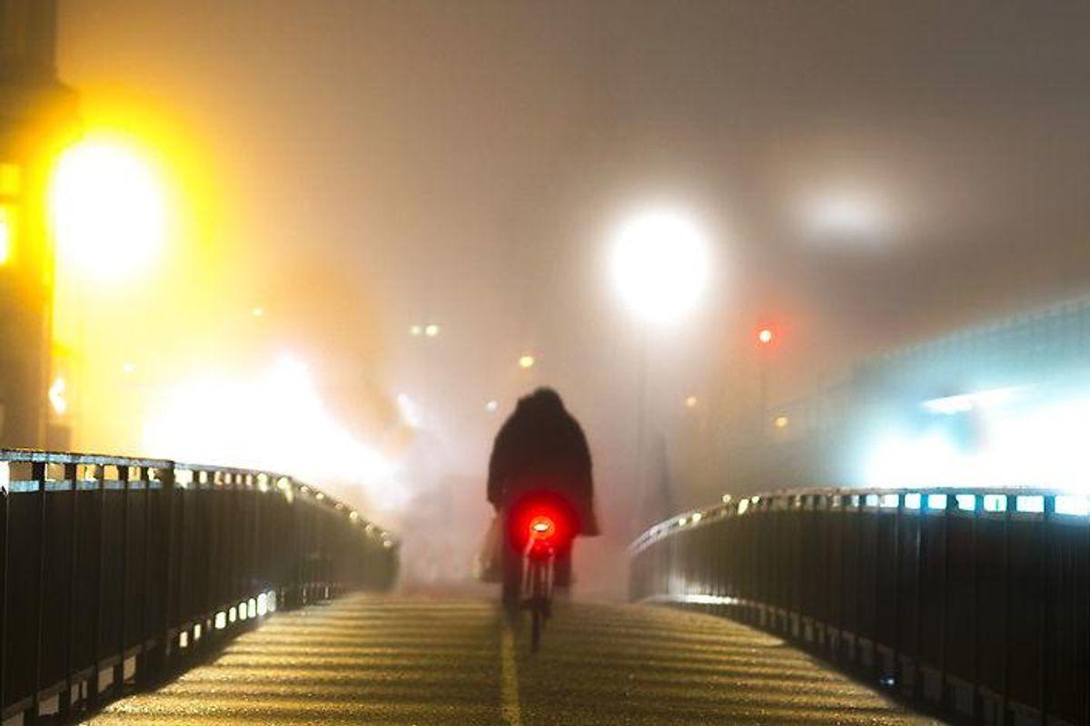 2: Du får en bøde på 700 kroner, hvis du kører uden tændte lygter på cyklen, når solen er nede, eller der for eksempel er tåget. Lygterne skal kunne ses mindst 300 meter væk, og de skal være synlige fra siden. Foto: Scanpix