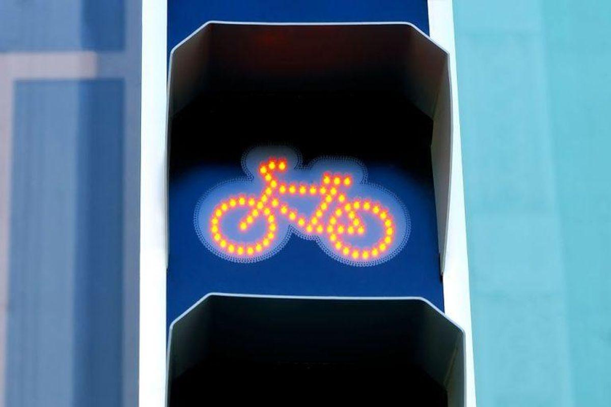 13: Man får en bøde på 1.000 kroner for at køre over for rødt lys på cykel. Foto: Scanpix