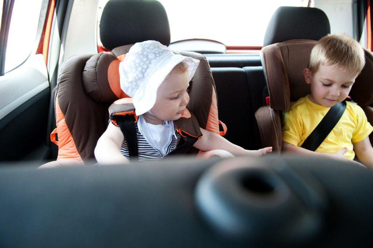 Hvis du har børn under 15 år med i bilen, er det dit ansvar som fører, at de er spændt ordentligt fast. Hvis du kører med en mindreårig, der ikke har sele på, kan du også indkassere et klip i kørekortet. Foto: Colourbox