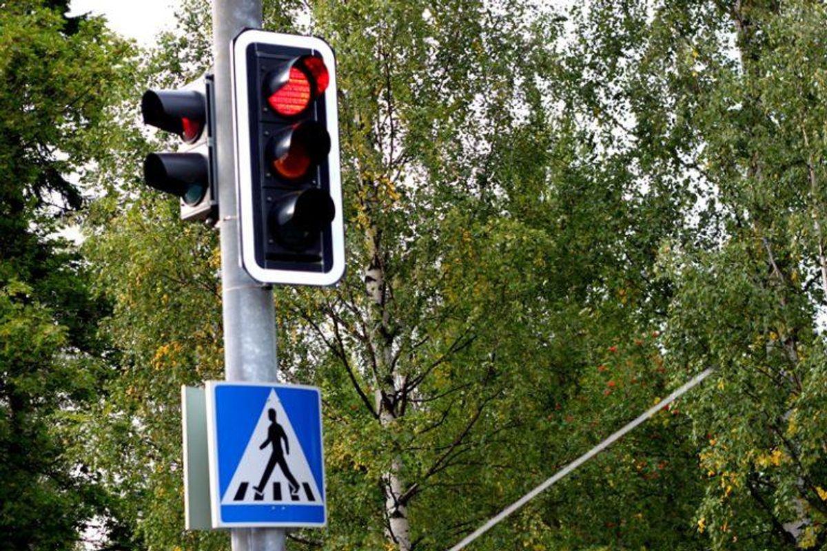 At køre over for rødt lys giver også et klip i kørekortet. Foto: Colourbox