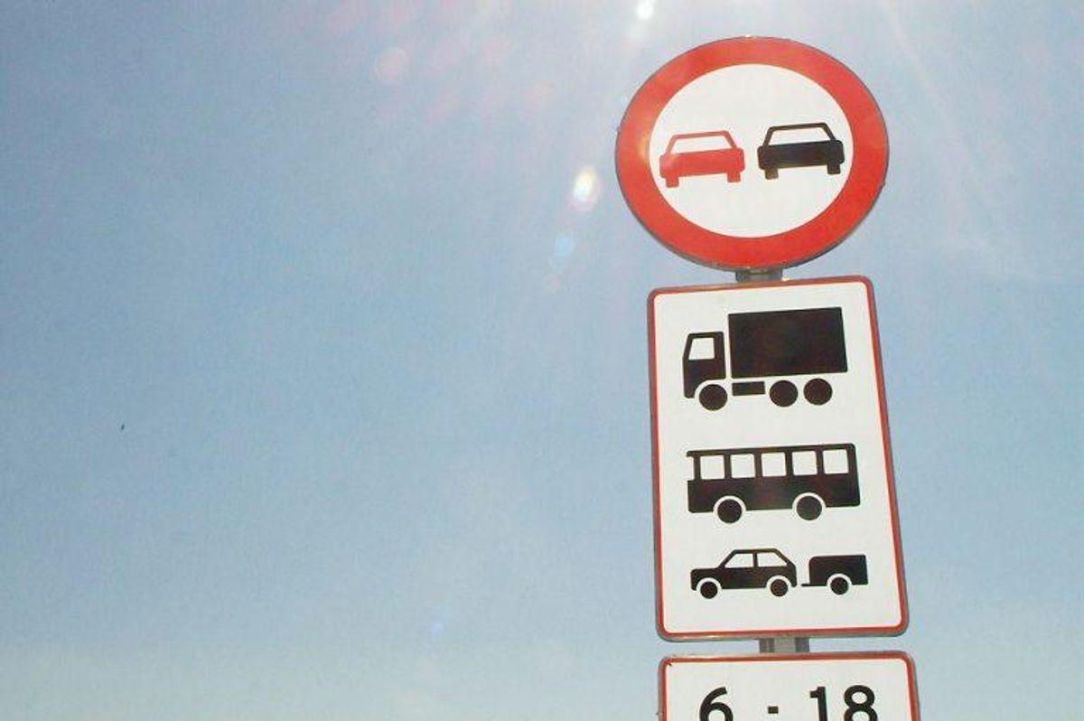 Det giver et klip i kørekortet, hvis man overtræder reglerne for overhaling og forbud mod overhaling. Når man overhaler skal man blandt andet sørge for at vejen er fri for modkørende på en tilstrækkelig lang strækning, og at overhalingen ikke skaber ulempe for andre trafikanter. Foto: Claus Fisker/Scanpix