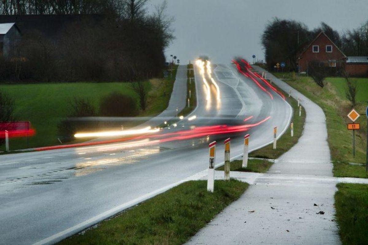 Det koster også et hak i kørekortet, hvis man krydser en spærrelinje med mindre det er nødvendigt på grund af for eksempel vejarbejde. Foto: Morten Stricker/Scanpix