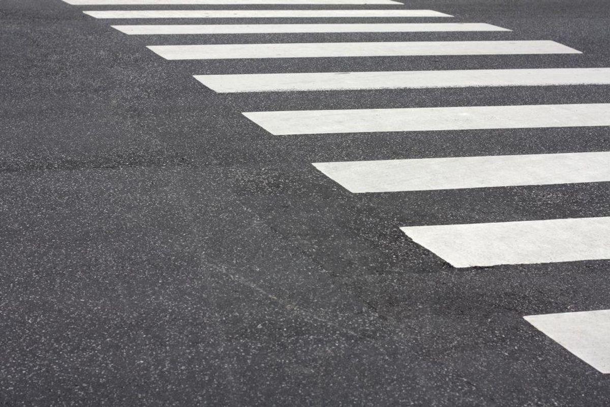 Det giver et klip i kørekortet, hvis man overhaler, hvor der er et fodgængerfelt. Foto: Colourbox