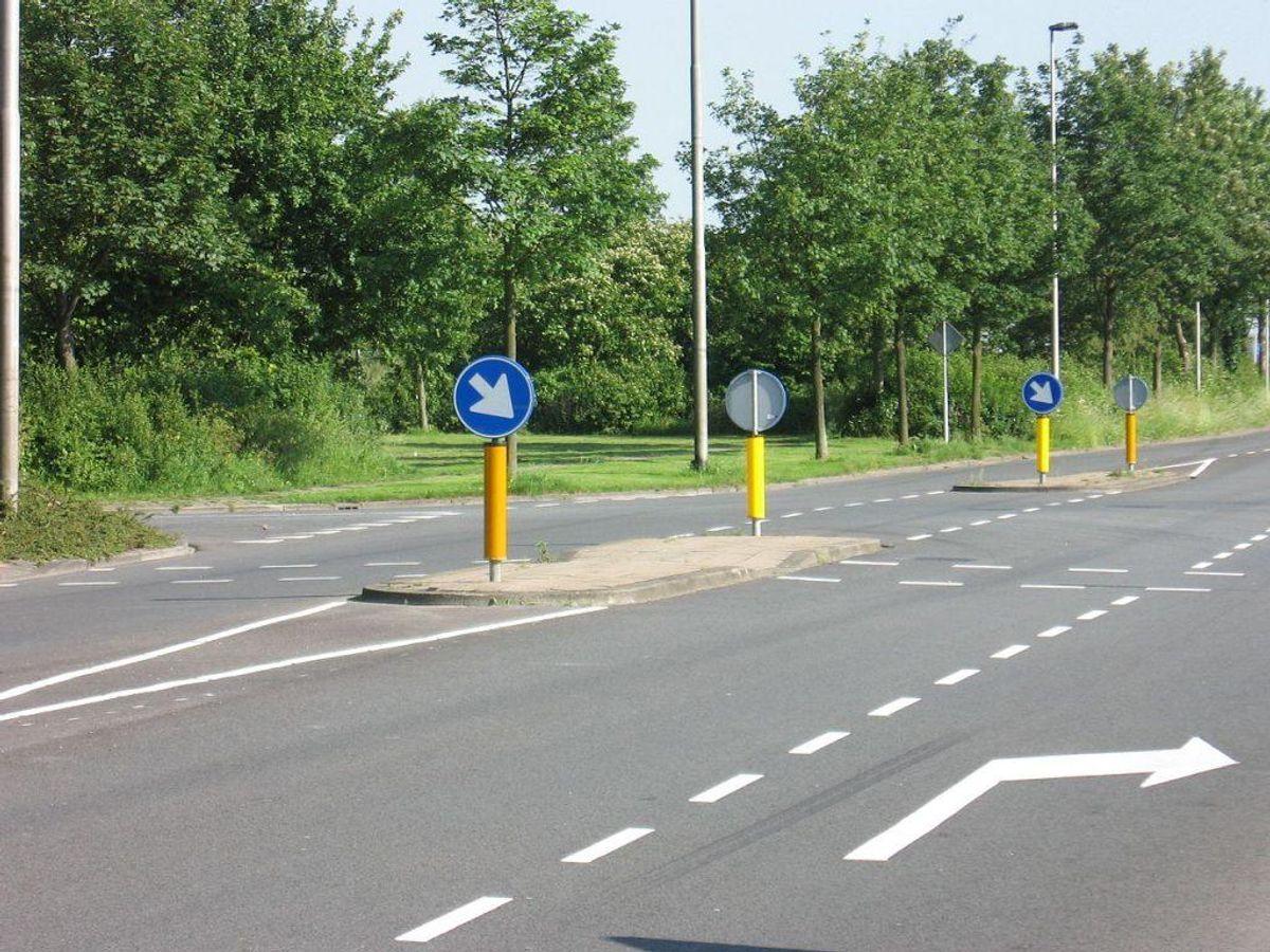 Du skal altid køre til højre om et helleanlæg. Hvis du smutter venstre om, kan det give et hak i kørekortet. Foto: M.M.Minderhoud