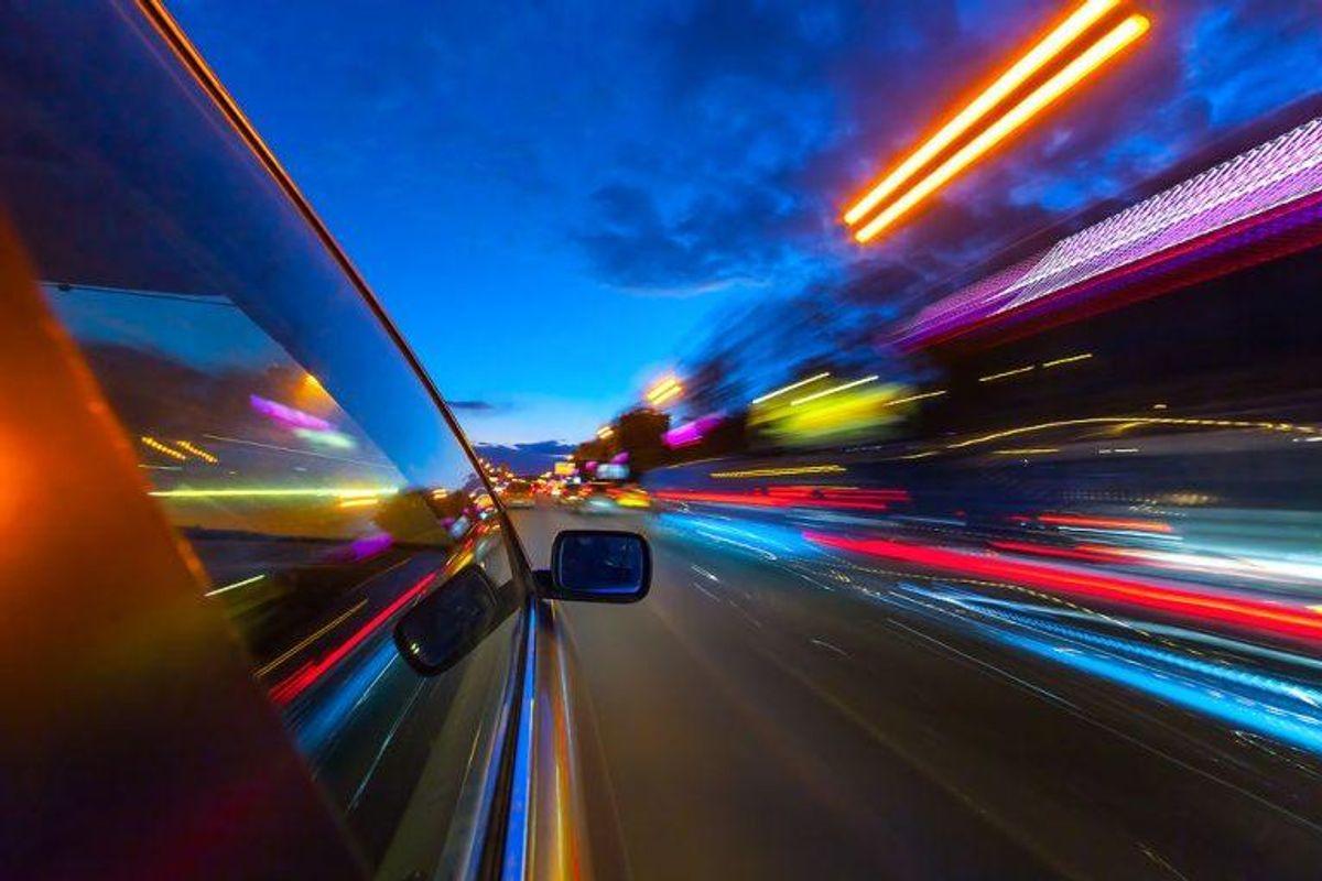 Det bliver også straffet med et klip i kørekortet, hvis du bliver taget i at køre om kap på normale veje. Enhver form for væddeløbskørsel kræver en særlig tilladelse fra politiet. Foto: Scanpix