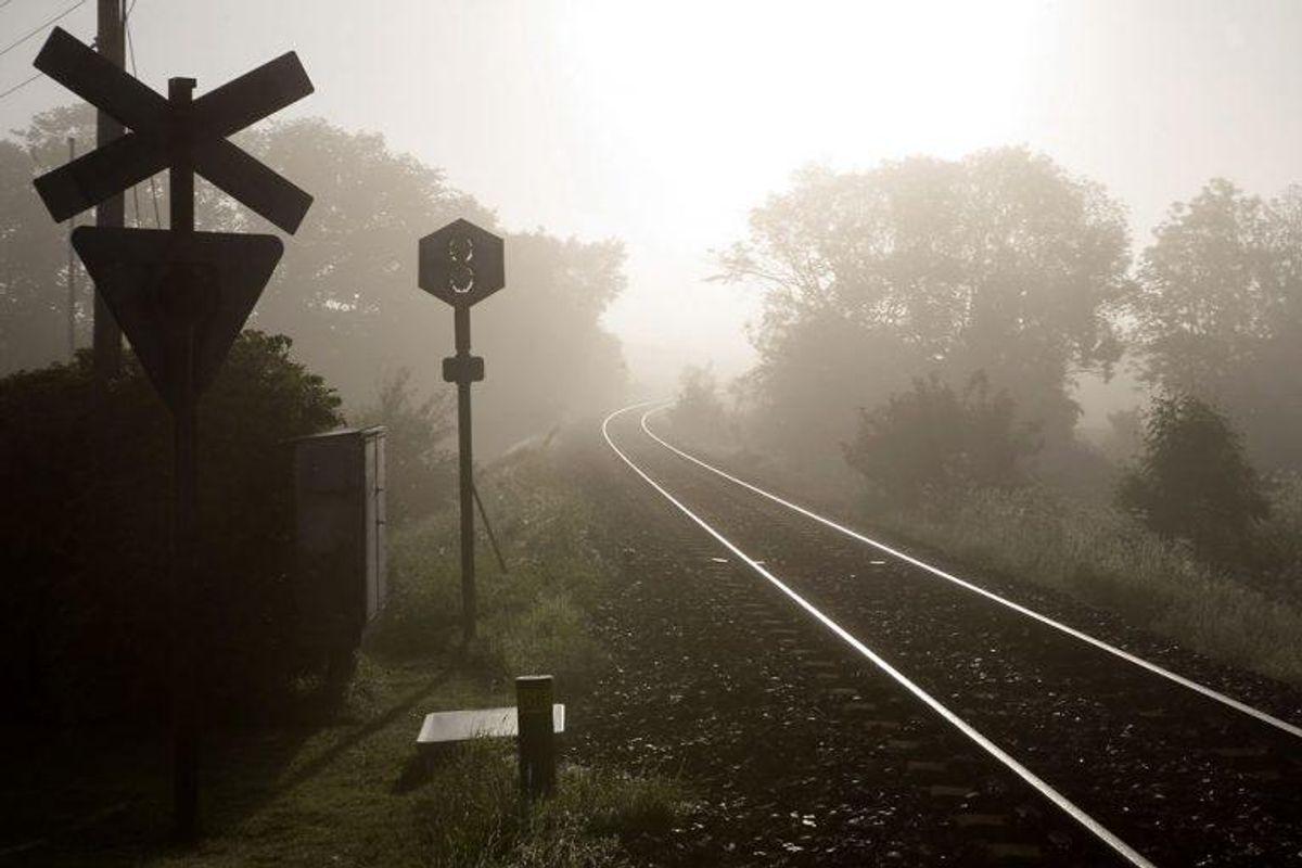 Det giver et klip i kørekortet, hvis man kører over en jernbaneoverskæring, når bommene er nede, lysene blinker eller der på anden måde er givet signal til, at man skal standse. Foto: Jens Nørgaard Larsen/Scanpix