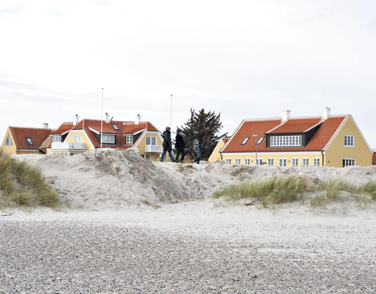 Den ødelagte fredede klit ved Skagen Sønderstrand. Klitten blev ramt af hærværk, hvor en gummiged har fjernet toppen af et stort klitområde og skubbet sandet ned på stranden.. (Foto: Henning Bagger/Scanpix)
