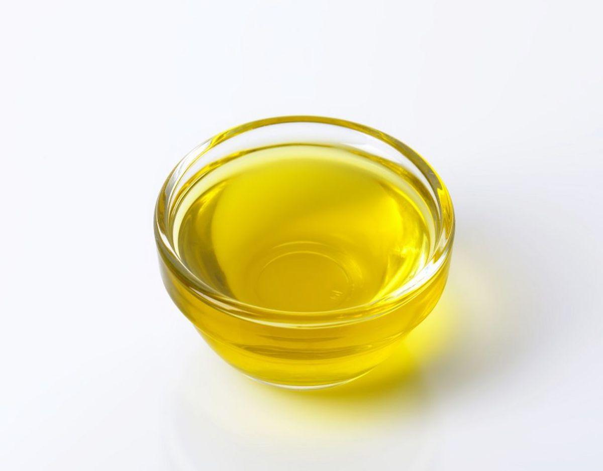 Når du har kørt eddike-olivenolie-blandingen rundt, så tørrer du af med en tør klud. Foto: Colourbox