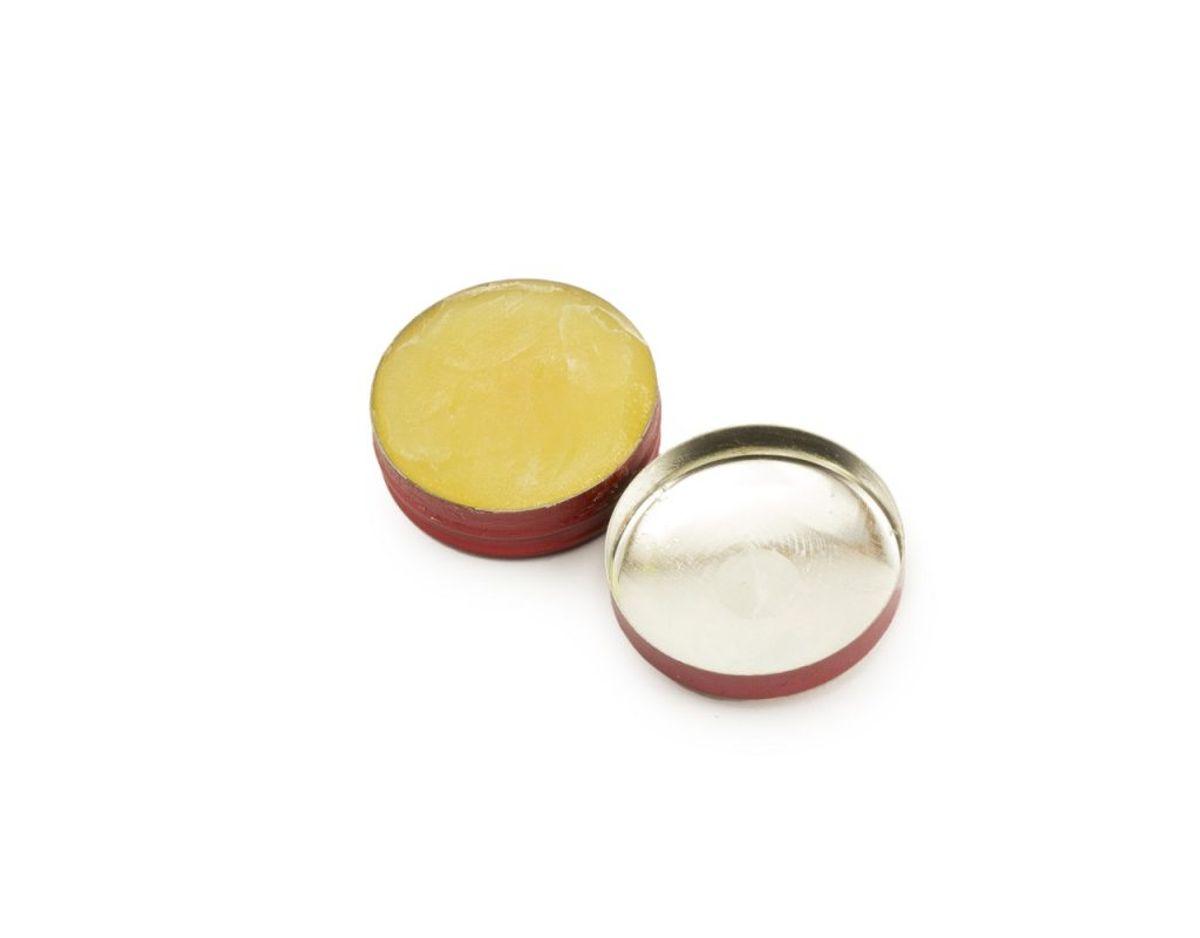 Alternativt kan du også gribe fat i vaselinen, som du kan sprede rundt i den ring, som glasset har efterladt. Dette lader du sidde natten over. Foto: Colourbox