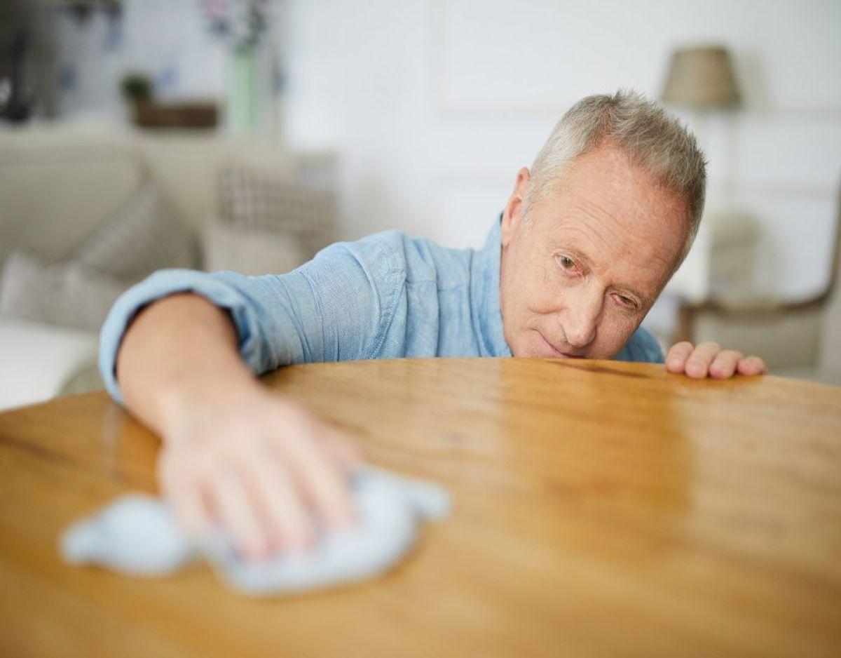 Når vaselinen har siddet natten over, så tørrer du bordet ordentlig af. Det er vigtigt at huske, at inden du bruger vaseline, så skal bordet være støvet af. Foto: Colourbox