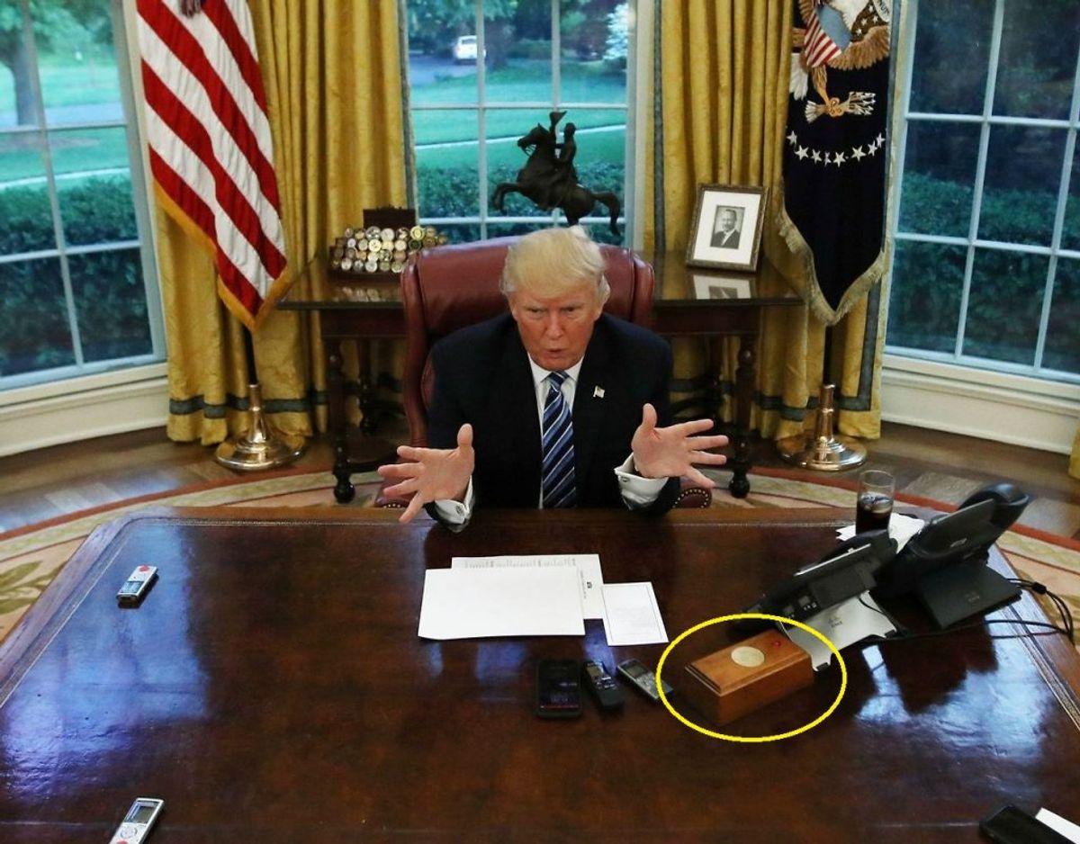 Det er den særlige boks markeret med gul ring omkring, der er fjernet fra skrivebordet. På boksen er der en knap, hvor Donald Trump kunne tilkalde en butler, som straks serverede hans favorit-drik: En Coca-Cola Light. REUTERS/Carlos Barria/Ritzau Scanpix.