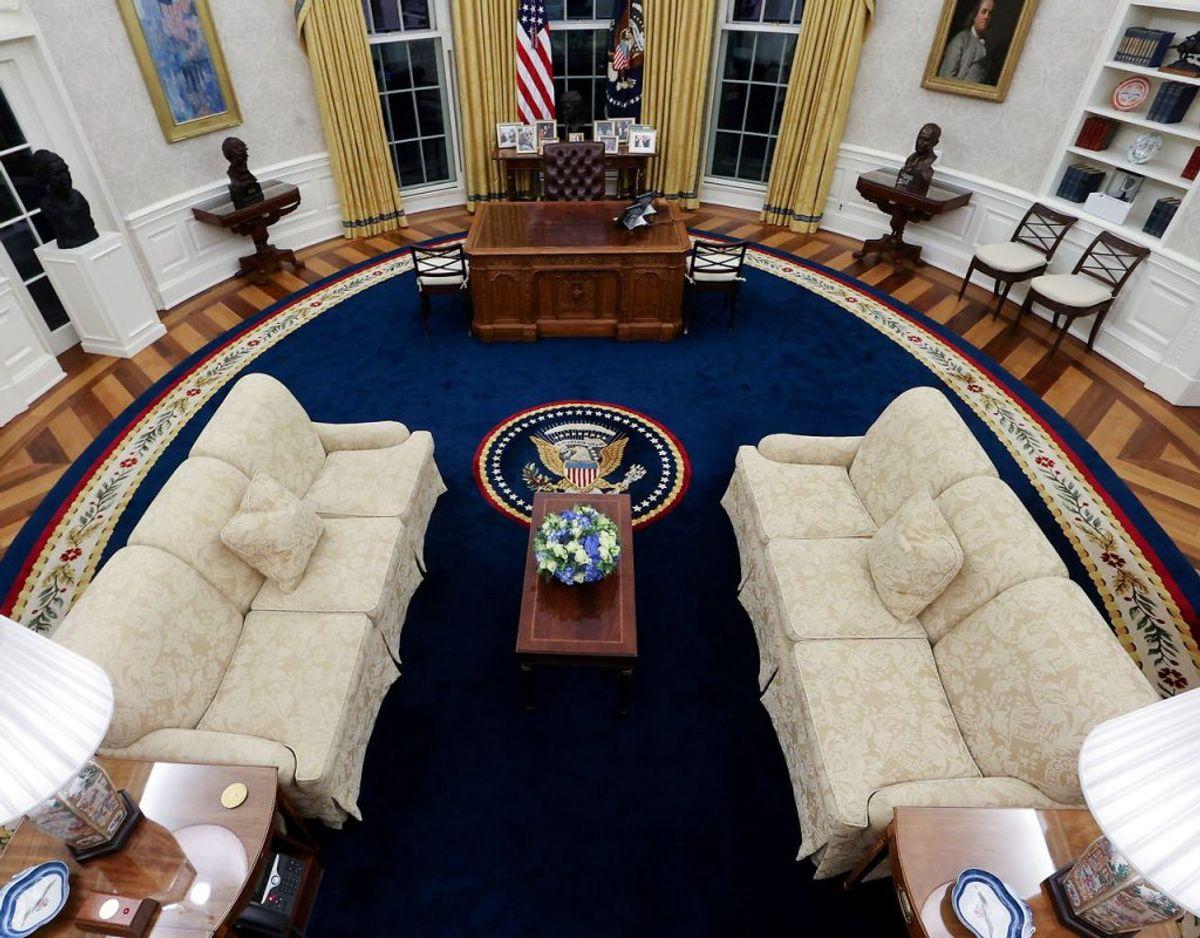 Det ovale kontor i Det Hvide Hus er præsidentens helt egen arbejdsplads. Nu er Joe Biden rykket ind. KLIK VIDERE og se hvad han har tilføjet – og ikke mindst fjernet – efter Donald Trump er flyttet ud. Foto: Ritzau Scanpix.
