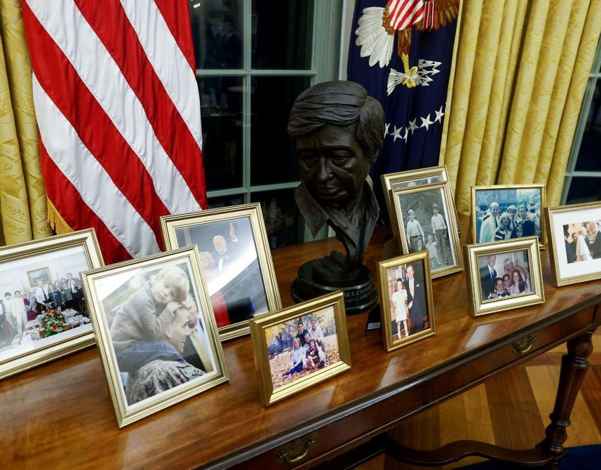Blandt de personlige ting Joe Biden har taget med ind i det ovale kontor, er en række familiebilleder. Foto: Ritzau/Scanpix.