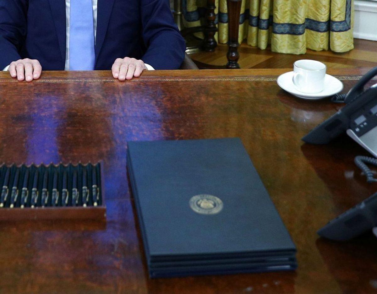 Noget helt særligt mangler på skrivebordet – noget som Donald Trump fik installeret. Og som Biden straks har fjernet igen. Se det på næste billede. Foto: Ritzau Scanpix.