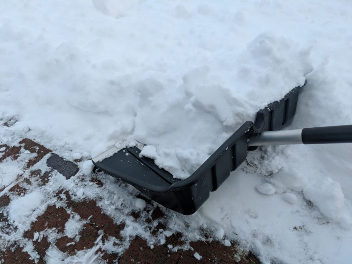 Medbring isskraber, skovl og handsker, slæbetov og startkabler. Kilde: FDM. Arkivfoto.