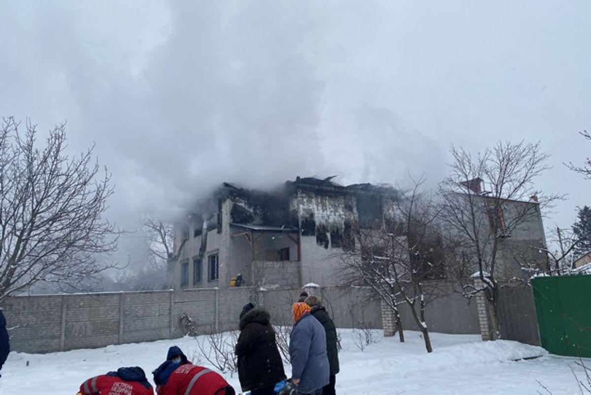 Branden brød ud på første sal af bygningen på to etager. I alt 33 personer var i bygningen, da det skete. Foto: State Emergency Service Of Ukraine/Reuters
