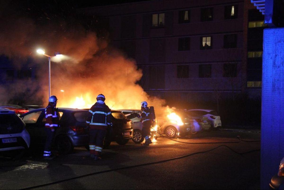 Her er brandfolk i gang med at slukke bilbrand i Ågården i Ishøj. Foto: Frank Karlsen/Øxenholt foto