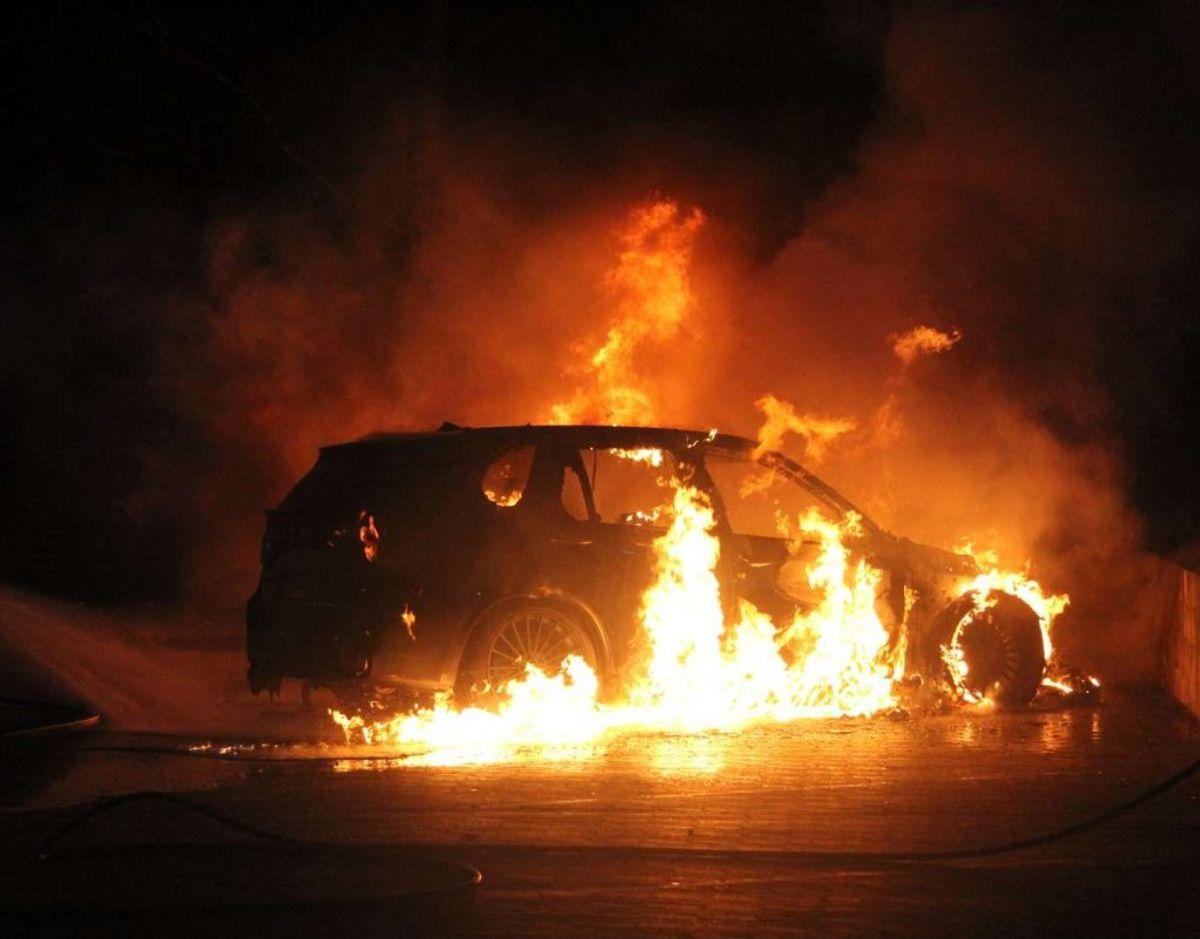 Bilbrand på Baldersbækvej i Ishøj. Foto: Øxenholt foto