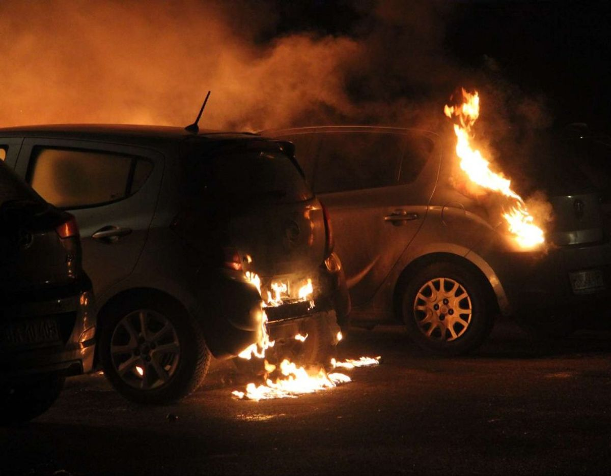 Biler i brand i Ågården i Ishøj. Foto: Øxenholt foto/Frank Karlsen
