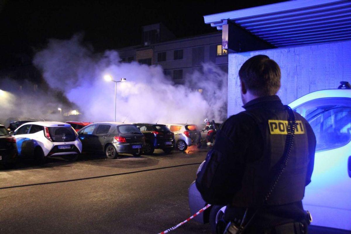 Politiet var selvfølgelig også til stede ved bilbrandene. Foto: Øxenholt foto/Frank Karlsen