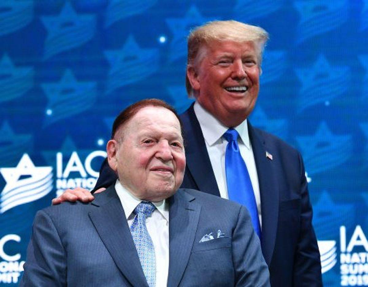 Så gode venner var de – milliardæren Sheldon Adelson og præsident Donald Trump. Her under et møde i Israeli American Council i december 2019. Foto: Mandel Ngan/AFP