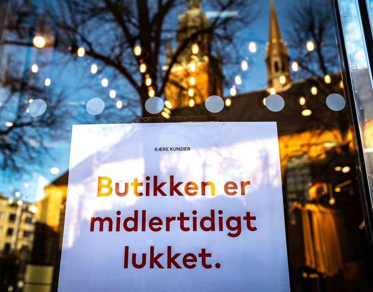 Folk holder afstand. Butikker holder lukket. Cronasmitten aftager. Det går bare ikke hurtigt nok. Foto: Emil Helms / Ritzau Scanpix