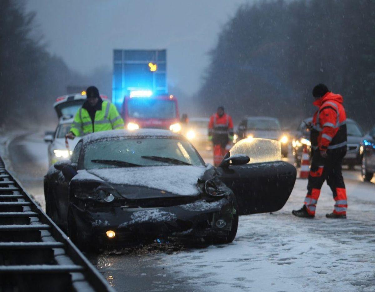 En Porsche endte søndag i autoværnet på Vestmotorvejen efter et uheld. KLIK FOR FLERE BILLEDER FRA STEDET. Foto: Presse-fotos.dk.