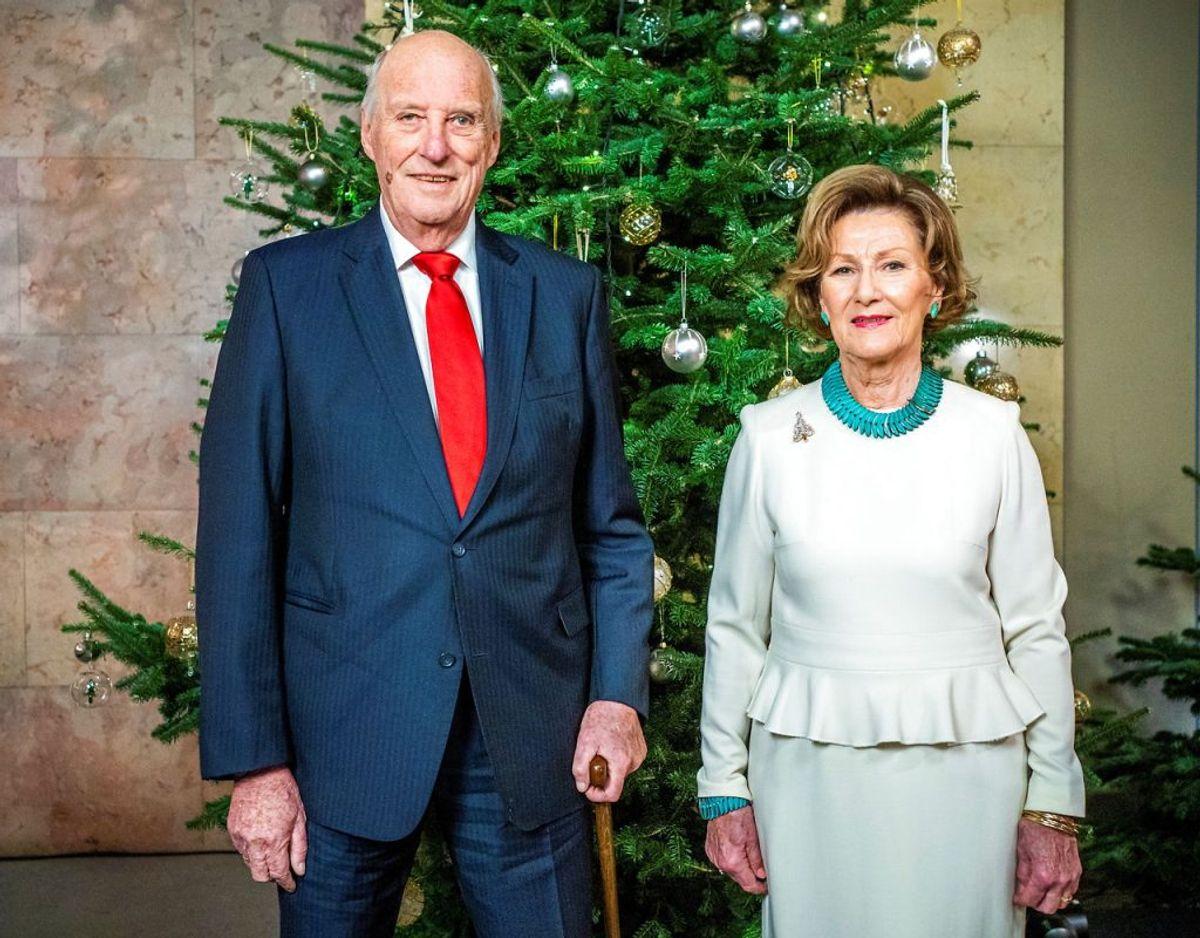 Kong Harald og dronning Sonja besøgte søndag et hotel i det katastroferamte område Gjerdum, hvor et jordskred har haft fatale følger med flere døde og savnede. Tirsdag blev der konstateret covid-19 smitte på hotellet. Klik videre for flere billeder. Foto: Scanpix/Hakon Mosvold Larsen/NTB via REUTERS