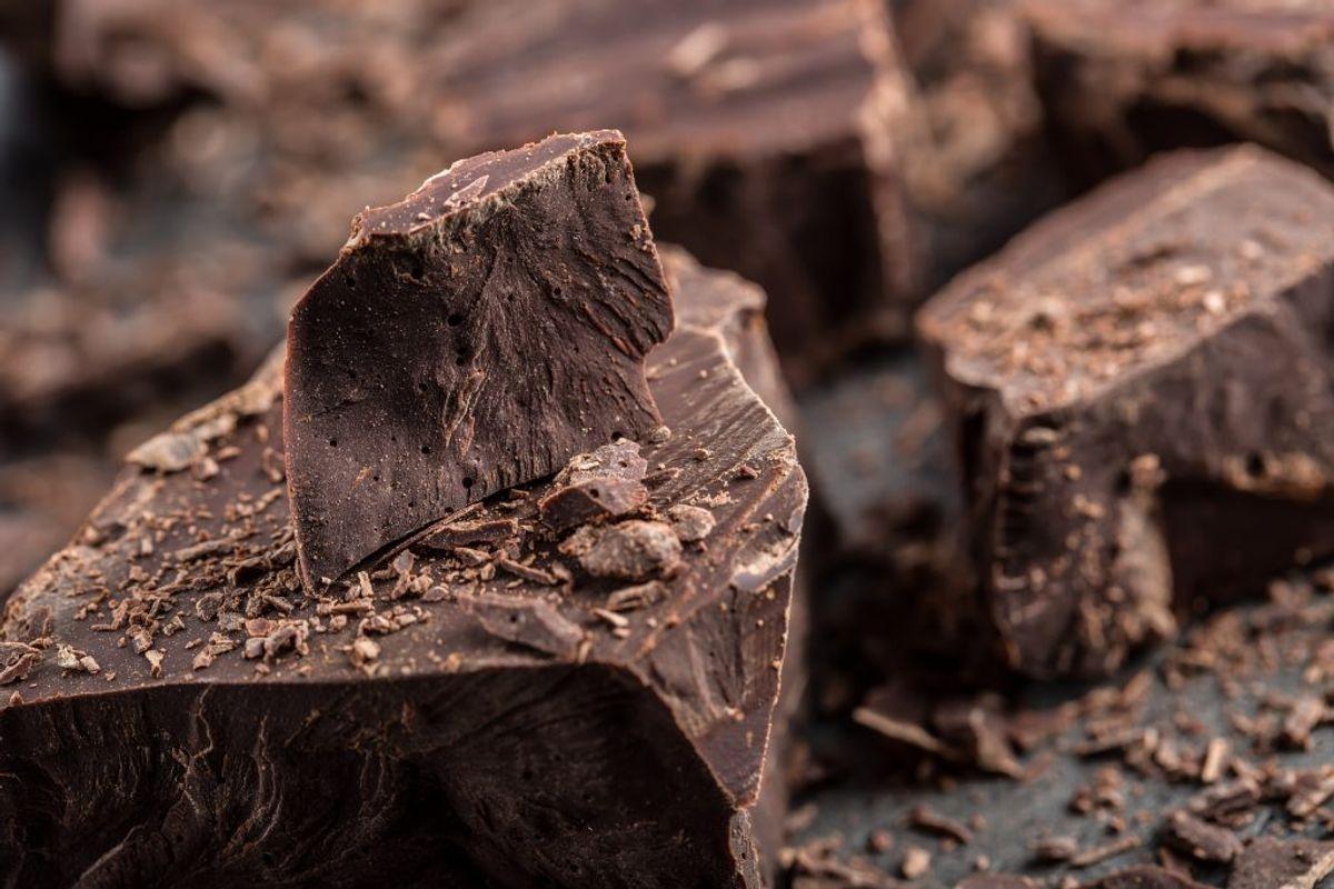 Åh nej! Chokolade indeholder rigtigt meget cadmium. Generelt er det, at jo bedre og mørkere chokoladen er, des mere cadmium.