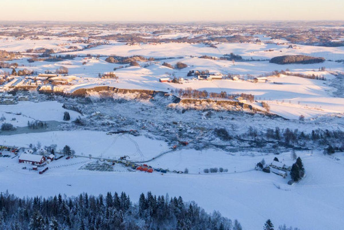 Søndag aften har redningsmandskab fundet det syvende dødsoffer efter det jordskred, der onsdag ramte byen Ask nord for Oslo. Eftersøgningen fortsætter efter de tre mennesker, der stadig er savnet. Foto: Cornelius Poppe/AFP
