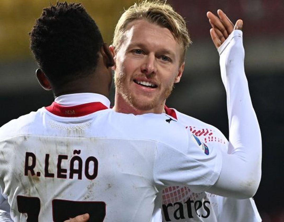 Simon Kjær lykønsker Rafael Leao med målet til 2-0.  Foto: Andreas Solaro/AFP